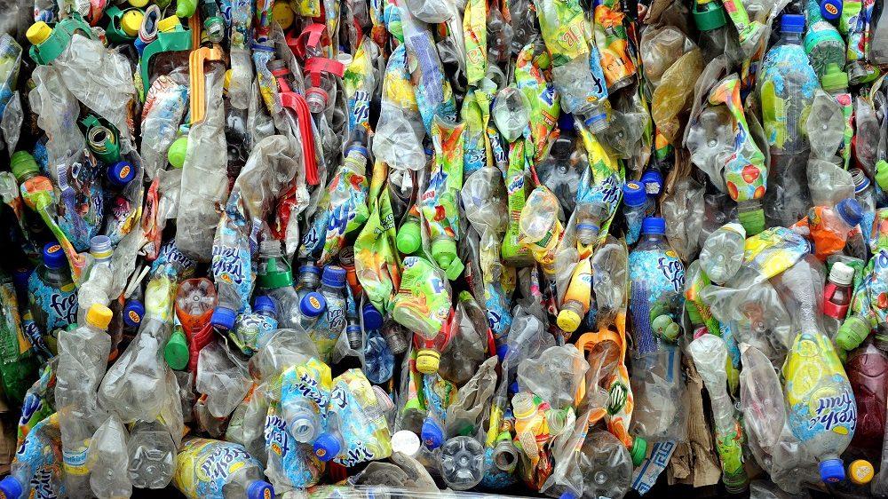 Budapest, 2009. március 3. Mûanyag hulladék Magyarország elsõ optikai elven mûködõ mûanyaghulladék-válogatójában Budapesten, az FE-Group Invest Zrt-nél. A fénynyalábokat kibocsátó szerkezet 95 százalékos biztonsággal válogatja szét a hulladékokat, a dolgozóknak csak a fennmaradó 5 százalékot kell szortírozniuk. MTI Fotó: Földi Imre
