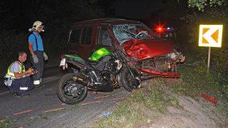Pilisszentkereszt, 2016. július 8. Rendõr helyszínel egy összeroncsolódott motorkerékpár és egy összetört személyautó mellett a 1111-es úton, Pomáz és Pilisszentkereszt között 2016. július 7-én este, miután a két jármû összeütközött. A motort vezetõ 30 éves férfi a helyszínen belehalt súlyos sérüléseibe. MTI Fotó: Mihádák Zoltán