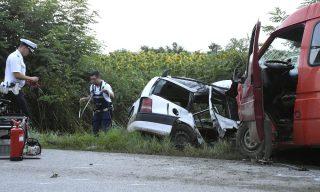Abádszalók, 2016. július 13. Összeroncsolódott személyautó és mikrobusz mellett helyszínelnek rendõrök a 3216-os úton, Abádszalók és Tiszabura között 2016. július 13-án. A két jármû összeütközött, az autóban utazó család - egy tízéves gyermek és a szülei - nem élték túl a balesetet. A mikrobuszban utazó három ember közül ketten súlyosan megsérültek. MTI Fotó: Mészáros János