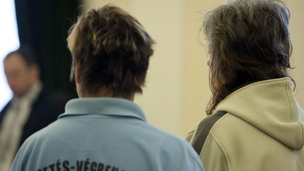 Kaposvár, 2013. június 6. Polcz Erika harmadrendû vádlott (j) beszél a bíróhoz az ellene elõre kitervelten, nyereségvágyból, különös kegyetlenséggel, tizennegyedik életévét be nem töltött személy ellen elkövetett emberölés bûntette miatt a 11 éves Szita Bence gyilkosságának ügyében indult büntetõper tárgyalásán a Kaposvári Törvényszék tárgyalótermében 2013. június 6-án. Elsõ fokon tényleges életfogytiglani szabadságvesztést kapott mindhárom vádlott. MTI Fotó: Varga György