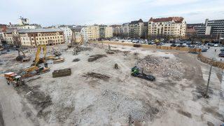 Budapest, 2015. március 5. Munkagépek bontják az egykori Ganz-csarnok épületét Budapesten, a Margit körút közelében 2015. március 5-én. A Ganz-csarnok és az egykori, melegpörgetõnek nevezett épület bontásával folytatódik a budai Millenáris park bõvítése, valamint a Margit körúti közpark és a mélygarázs építése. MTI Fotó: Marjai János