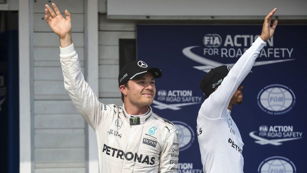 Mogyoród, 2016. július 23. Az idõmérõ edzésen elsõ helyen végzett Nico Rosberg, a Mercedes csapat német versenyzõje (b) és csapattársa, a második helyen végzett világbajnoki címvédõ brit Lewis Hamilton (b) a mogyoródi Hungaroringen 2016. július 23-án. MTI Fotó: Marjai János