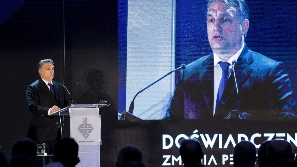 Varsó, 2015. február 19. A Miniszterelnöki Sajtóiroda által közreadott képen Orbán Viktor miniszterelnök elõadást tart, miután átvette a lengyel gazdasági kamara Arany Ernyõ-díját Varsóban 2015. február 19-én. MTI Fotó: Miniszterelnöki Sajtóiroda / Burger Barna