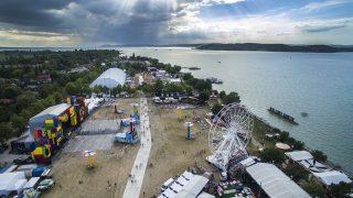 Zamárdi, 2016. július 6. A drónfelvételen a 10. Balaton Sound fesztivál Zamárdiban a nyitónapon, 2016. július 6-án. MTI Fotó: Ruzsa István