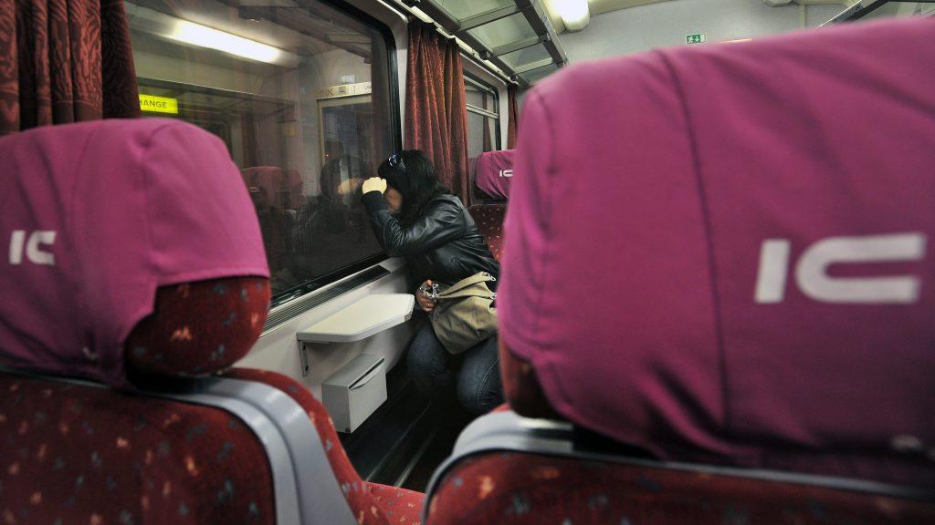 Budapest, 2011. március 14. Az Alpokalja InterCity vonatszerelvény indulásra vár a Keleti pályaudvaron és egy utas néz ki az ablakon 2011. március 14-én. Idén húszéves az InterCity szolgáltatás a magyarországi vasútvonalakon. MTI Fotó: Máthé Zoltán