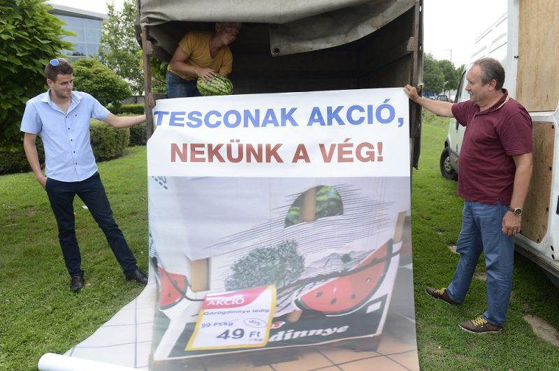 Budapest, 2016. július 27. Résztvevõk egy plakáttal a dinnyetermelõk demonstrációján, amelyen a Tesco árpolitikája ellen tiltakoztak az áruházlánc budaörsi hipermarketjénél 2016. július 27-én. MTI Fotó: Soós Lajos