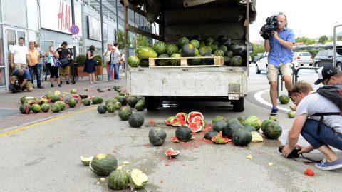 Budapest, 2016. július 27. Földre szórt dinnye a Tesco budaörsi hipermarketje elõtt a dinnyetermelõk demonstrációján, amelyet az áruházlánc árpolitikája ellen tartottak 2016. július 27-én. MTI Fotó: Soós Lajos