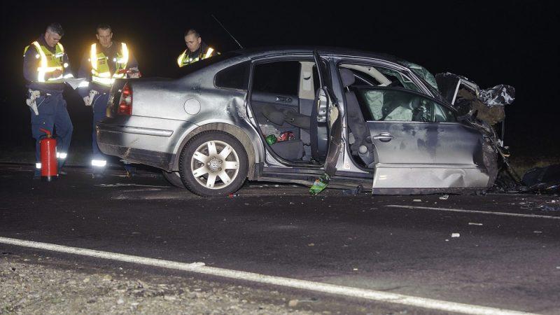 Berettyóújfalu, 2016. február 28. Rendõrök helyszínelnek egy összeroncsolódott személyautó mellett a 47-es fõúton Derecske és Berettyóújfalu között 2016. február 28-ra virradó éjjel. Az autó frontálisan összeütközött egy kamionnal, a kocsiban négyen utaztak, hárman a helyszínen meghaltak, egy ember súlyos sérüléseket szenvedett, õt a tûzoltók feszítõvágóval szabadították ki a roncsból. MTI Fotó: Czeglédi Zsolt