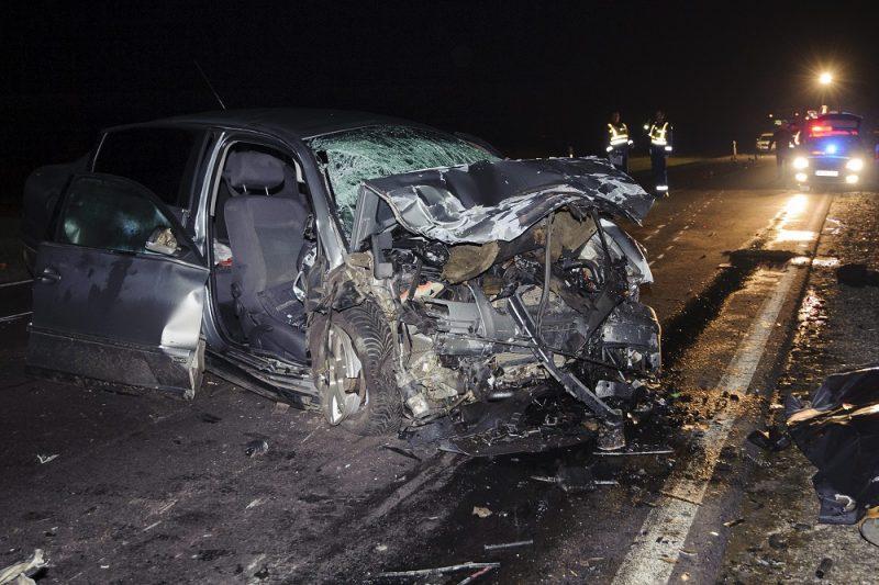 Berettyóújfalu, 2016. február 28. Összeroncsolódott személyautó a 47-es fõúton Derecske és Berettyóújfalu között 2016. február 28-ra virradó éjjel. Az autó frontálisan összeütközött egy kamionnal, a kocsiban négyen utaztak, hárman a helyszínen meghaltak, egy ember súlyos sérüléseket szenvedett, õt a tûzoltók feszítõvágóval szabadították ki a roncsból. MTI Fotó: Czeglédi Zsolt