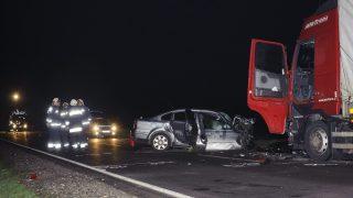 Berettyóújfalu, 2016. február 28. Összeroncsolódott személyautó és egy összetört kamion a 47-es fõúton Derecske és Berettyóújfalu között 2016. február 28-ra virradó éjjel. Az autó frontálisan összeütközött a kamionnal, a kocsiban négyen utaztak, hárman a helyszínen meghaltak, egy ember súlyos sérüléseket szenvedett, õt a tûzoltók feszítõvágóval szabadították ki a roncsból. MTI Fotó: Czeglédi Zsolt