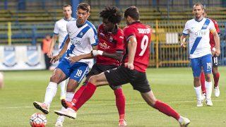 Gyõr, 2016. július 14. Bese Barnabás, az MTK játékosa (b), valamint Theo Weeks (b2) és Sergei Zenjov (b3), az azeri Gabala játékosai a labdarúgó Európa Liga selejtezõjének második fordulójában játszott MTK Budapest - Gabala mérkõzésen a Gyõrhöz tartozó Gyirmóton 2016. július 14-én. MTI Fotó: Krizsán Csaba