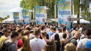 Zamárdi, 2016. július 6. Fesztiválozók érkeznek a Balaton Sound fesztiválra a nyitónapon Zamárdiban 2016. július 6-án. MTI Fotó: Mohai Balázs