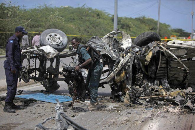 Mogadishu, 2016. július 26. Szomáliai katonák egy megsemmisült jármû roncsainál az egyik pokolgépes merénylet helyszínén a szomáliai fõvárosban, Mogadishuban 2016. július 26-án. Mogadishuban két autóba rejtett pokolgép robbant, a támadásokban a média szerint legalább tízen, az iszlamisták szerint tizenketten életüket vesztették. (MTI/AP/Farah Abdi Varszame)