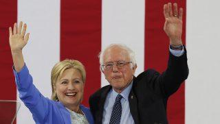 Portsmouth, 2016. július 12. Hillary Clinton, a Demokrata Párt várható elnökjelöltje (b) és korábbi riválisa, Bernie Sanders  vermonti szenátor elsõ közös kampánygyûlését tartja a New Hampshire állambeli Portsmouthban 2016. július 12-én. (MTI/EPA/CJ Gunther)