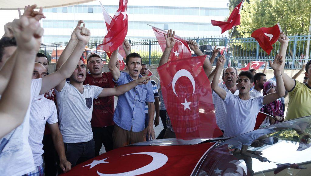 Isztambul, 2016. július 16. Recep Tayyip Erdogan elnököt éltetik támogatói az Isztambulban 2016. július 16-án. A török hadsereg egy része elõzõ nap este megkísérelte átvenni a hatalmat, és összecsapásokat folytatott a rendõrséggel Ankarában és Isztambulban. A Recep Tayyip Erdogan elnök ellen lázadó katonák államcsínykísérletét meghiúsították.Az összecsapásokban a puccsista áldozatokat nem számítva 161 ember vesztette életét, 1440 megsebesült. A hadsereg 2839 tagját õrizetbe vették. (MTI/EPA/Sedat Suna)