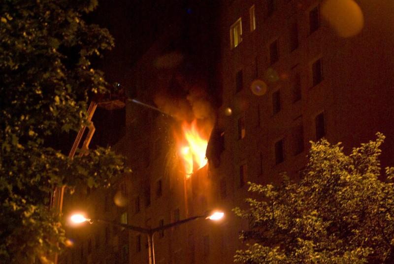 Miskolc, 2009. augusztus 16. Lángok csapnak ki egy tízemeletes felújított panelépület hetedik emeleti lakásából 2009. augusztus 15-én késõ este Miskolcon, a Középszer utcában. A lakástûzben egy középkorú nõ és egyik gyermeke életét vesztette. A mentõsök különbözõ fokú füstmérgezéssel 14 embert láttak el. A tûz következtében hat lakás teljesen kiégett, több mint tíz lakhatatlanná vált. MTI Fotó: Venkovits Mihály