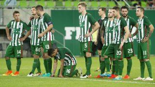 Budapest, 2016. július 20. Ferencvárosi játékosok a labdarúgó Bajnokok Ligája selejtezõjének második fordulójában az albán Partizani ellen játszott mérkõzés hosszabbítása után, a 11-esrúgások alatt a Groupama Arénában 2016. július 20-án. A Ferencváros nem jutott be a labdarúgó Bajnokok Ligája selejtezõjének harmadik fordulójába, a zöld-fehétek 1-1-es rendes játékidõ és hosszabbítás után a tizenegyespárbajban alulmaradtak. MTI Fotó: Koszticsák Szilárd