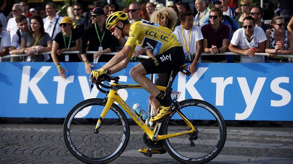 Párizs, 2016. július 24. Az összetettben vezetõ, sárga mezét viselõ brit Christopher Froome, a Sky csapat versenyzõje a 103. Tour de France profi országúti kerékpáros körverseny huszonegyedik, Chantilly-Párizs közötti, 113 kilométeres szakasza végén 2016. július 24-én. (MTI/EPA/Kim Ludbrook)