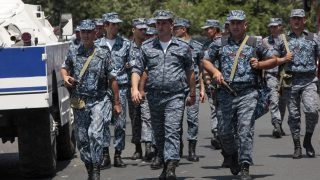 Jereván, 2016. július 17. Örmény rendõrök érkeznek a jereváni rendõrkapitányságra, ahol mintegy harminc fegyveres férfi megölt egy rendõr ezredest, megsebesített egy másik ezredest és egy alezredest, valamint túszokat ejtett 2016. július 17-én hajnalban. A támadók azt követelik, hogy vonuljon utcára az örmény lakosság, és érje el egy júniusban bebörtönzött ellenzéki politikus, Zsirajr Szefilján szabadon bocsátását. (MTI/AP/Varo Rafajeljan/PAN)
