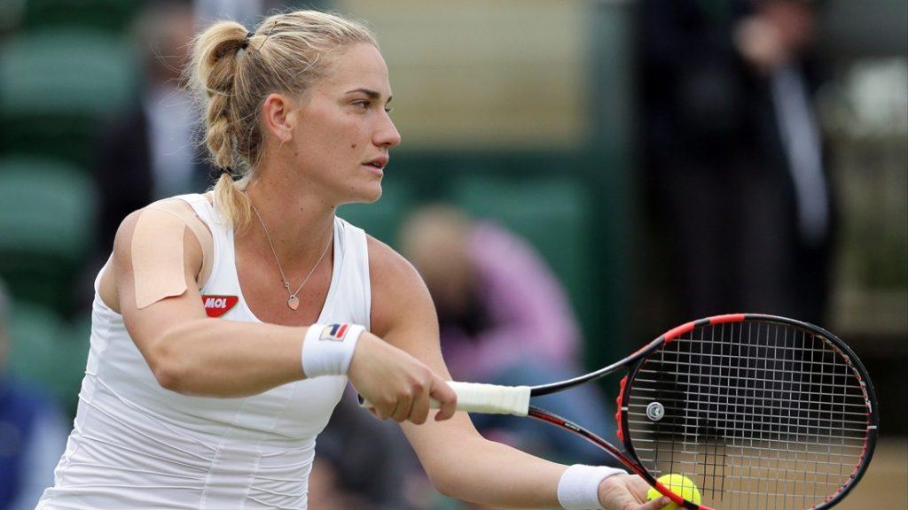 Wimbledon, 2016. június 30. Babos Tímea az amerikai Coco Vandewaghe ellen játszik az angol nemzetközi teniszbajnokság nõi egyesének második fordulójában Wimbledonban 2016. június 30-án. (MTI/AP/Tim Ireland)