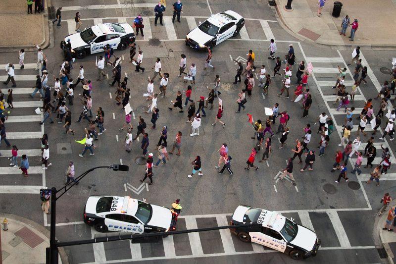 Dallas, 2016. július 8. Az amerikai rendõri túlkapások elleni tüntetnek a Texas állambeli Dallasban 2016. július 7-én. A zavargásba torkollt tiltakozáson két férfi tüzet nyitott a tüntetést biztosító rendõrökre, akik közül négyet agyonlõttek, hetet pedig megsebesítettek. Július 5-én a louisianai Baton Rouge-ban, majd két nappal késõbb a minnesotai Falcon Heightsban rendõrök intézkedés közben lelõttek egy fegyvertelen férfit. A lelõtt férfiak mindkét esetben afroamerikaiak, a rendõrök fehérek voltak. (MTI/AP/The Dallas Morning News/Smiley N. Pool)