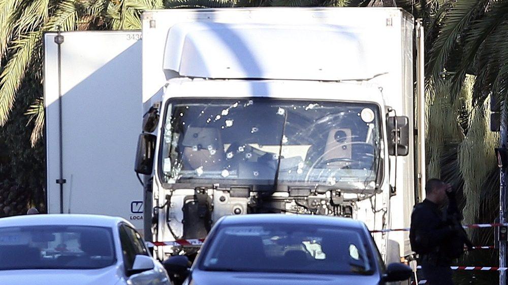 Nizza, 2016. július 15. Lövedékek lyuggatta szélvédõjû teherautó áll egy terrortámadás helyszínén, amellyel egy 31 éves tunéziai származású nizzai férfi belehajtott a tömegbe a nemzeti ünnep alkalmából rendezett tûzijáték idején a franciaországi Nizzában 2016. július 14-én este. Legkevesebb nyolcvannégyen életüket vesztették, mintegy hetvenen megsebesültek a gázolásban és az azt követõ lövöldözésben, tizennyolc sebesült állapota válságos. A teherautó sofõrjét lelõtték. (MTI/AP/Luca Bruno)
