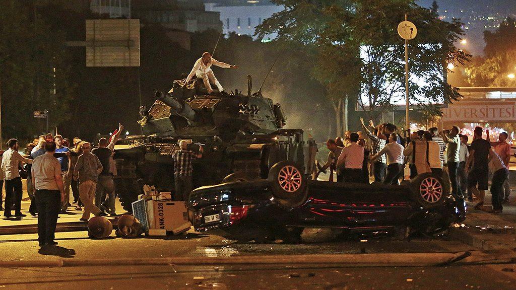 Ankara, 2016. július 16.Recep Tayyip Erdogan török elnök támogatói próbálnak megállítani egy tankot a török fővárosban, Ankarában 2016. július 15-én éjjel. Katonai puccsot kísérelt meg a hadsereg egy része Törökországban az este, éjfél után azonban még nem volt világos, hogy kinek a kezében van valójában a hatalom. Kijárási tilalmat és katonai igazgatást vezettek be az ország egész területén, Ankarában és Isztambulban robbanások hallatszottak, és lövöldözés is kitört katonák és rendőrök között. (MTI/AP)