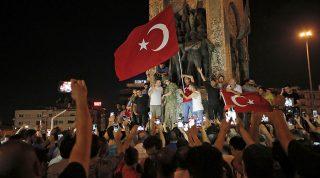Isztambul, 2016. július 16.Recep Tayyip Erdogan török elnök támogatói tüntetnek az isztambuli Taksim téren 2016. július 15-én éjjel. Katonai puccsot kísérelt meg a hadsereg egy része Törökországban az este, éjfél után azonban még nem volt világos, hogy kinek a kezében van valójában a hatalom. Kijárási tilalmat és katonai igazgatást vezettek be az ország egész területén, Ankarában és Isztambulban robbanások hallatszottak, és lövöldözés is kitört katonák és rendőrök között. (MTI/AP/Emrah Gurel)