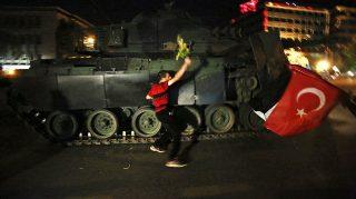 Ankara, 2016. július 16.Egy férfi virággal a kezében próbál megállítani egy tankot a török fővárosban, Ankarában 2016. július 15-én éjjel. Katonai puccsot kísérelt meg a hadsereg egy része Törökországban az este, éjfél után azonban még nem volt világos, hogy kinek a kezében van valójában a hatalom. Kijárási tilalmat és katonai igazgatást vezettek be az ország egész területén, Ankarában és Isztambulban robbanások hallatszottak, és lövöldözés is kitört katonák és rendőrök között. (MTI/AP)