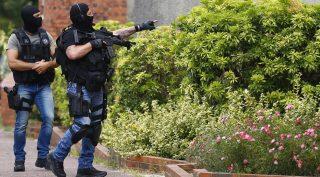 Saint-Etienne-du-Rouvray, 2016. július 26. Gyanúsítottakat keresnek rendõrök Saint-Etienne-du-Rouvrayben 2016. július 26-án, miután két férfi késsel megtámadott egy katolikus templomot, meggyilkolt egy 84 éves papot és túszokat ejtett a normandiai Rouen közelében fekvõ kisvárosban. A gyilkosok a pap torkát elvágták, egy túszt pedig életveszélyesen megsebesítettek, mielõtt rendõrök agyonlõtték õket. A támadást az Iszlám Állam dzsihadista terrorszervezet vállalta magára. (MTI/AP/Francois Mori)