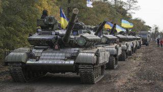 Mariupol, 2015. október 21. Ukrán páncélozott harci jármûvek konvoja Mariupol közelében, a kelet-ukrajnai Donyeck régióban 2015. október 21-én. Ukrajna és az oroszbarát szakadárok a minszki egyezmény értelmében fokozatosan visszavonják a 100 milliméteresnél kisebb kaliberû fegyvereiket a donyecki és a luhanszki frontról.  (MTI/EPA/Irina Gorbaszjova)