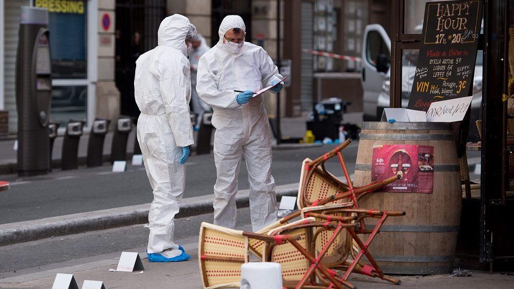 Párizs, 2015. november 14. Helyszínelõk dolgoznak egy párizsi étteremnél történt lövöldözés helyszínén 2015. november 14-én. A francia fõvárosban elõzõ este összehangoltan több merényletet követtek el, a támadásoknak legkevesebb 127 halálos áldozata van. Nyolc terrorista halt meg, közülük heten felrobbantották magukat. (MTI/EPA/Marius Becker)