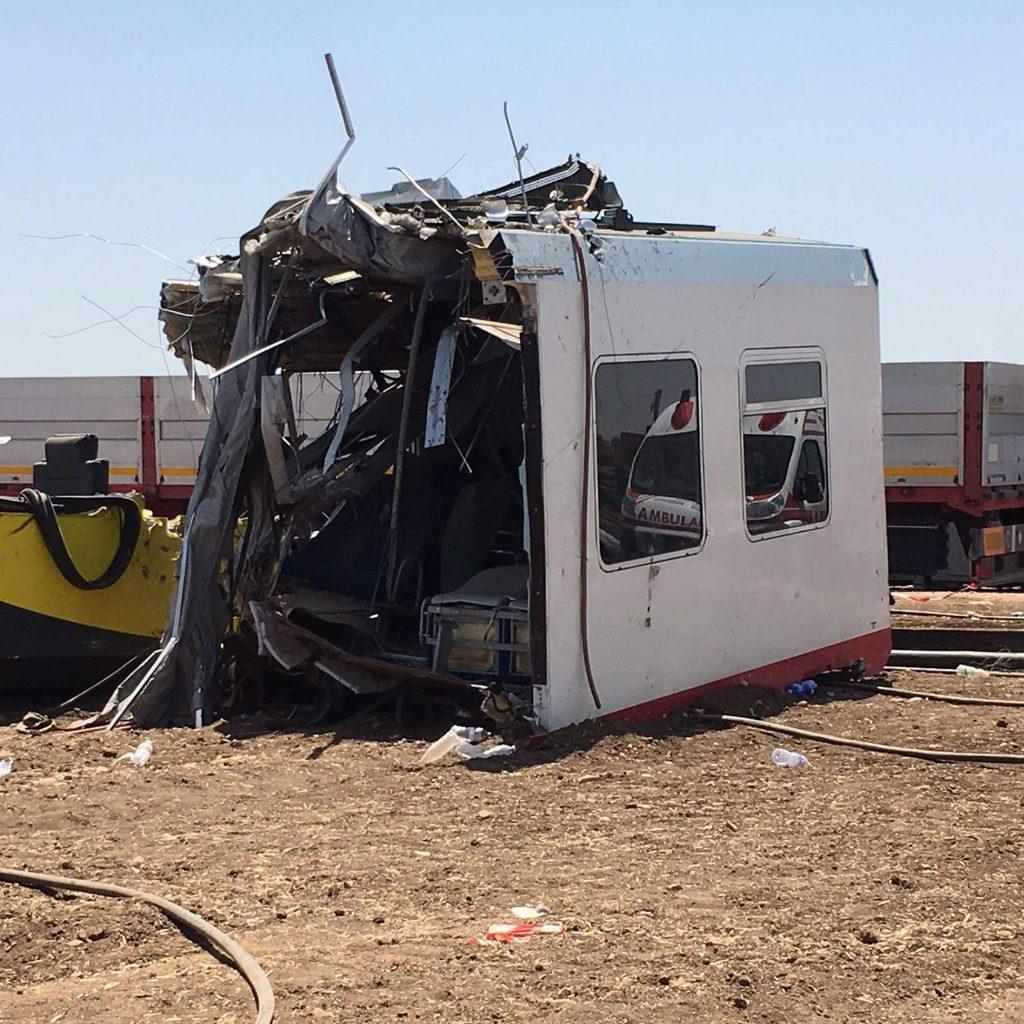 Bari, 2016. július 13. Szétroncsolódott vasúti szerelvény 2016. július 13-án a dél-olaszországi Bari közelében, ahol elõzõ nap két személyszállító vonat ütközött össze egyazon sínpáron az Andria és Corato közötti vonalon. A szerencsétlenségben legkevesebb 27 ember életét vesztette, több mint 50-en megsérültek. (MTI/EPA/Milena Di Mauro)