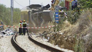 Bari, 2016. július 13. Markolóval távolítják el egy szétroncsolódott vasúti szerelvény darabjait 2016. július 13-án a dél-olaszországi Bari közelében, ahol elõzõ nap két személyszállító vonat ütközött össze egyazon sínpáron az Andria és Corato közötti vonalon. A szerencsétlenségben legkevesebb 27 ember életét vesztette, több mint 50-en megsérültek. (MTI/EPA/Gaetano Lo Porto)