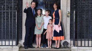 London, 2016. július 13. David Cameron leköszönõ brit miniszterelnök neje, Samantha, valamint gyermekei társaságában integet a brit kormányfõi rezidencia, a Downing Street 10. bejáratában 2016. július 13-án, mielõtt elhagynák az épületet. Ezen a napon Theresa May belügyminiszter átveszi a kormányfõi tisztséget Camerontól, és ezzel az Egyesült Királyság második nõi miniszterelnöke lesz. Cameron azt követõen mond le, hogy a brit EU-tagságról rendezett június 23-i népszavazáson a többség arra voksolt, hogy az Egyesült Királyság lépjen ki az Európai Unióból.  (MTI/EPA/Andy Rain)