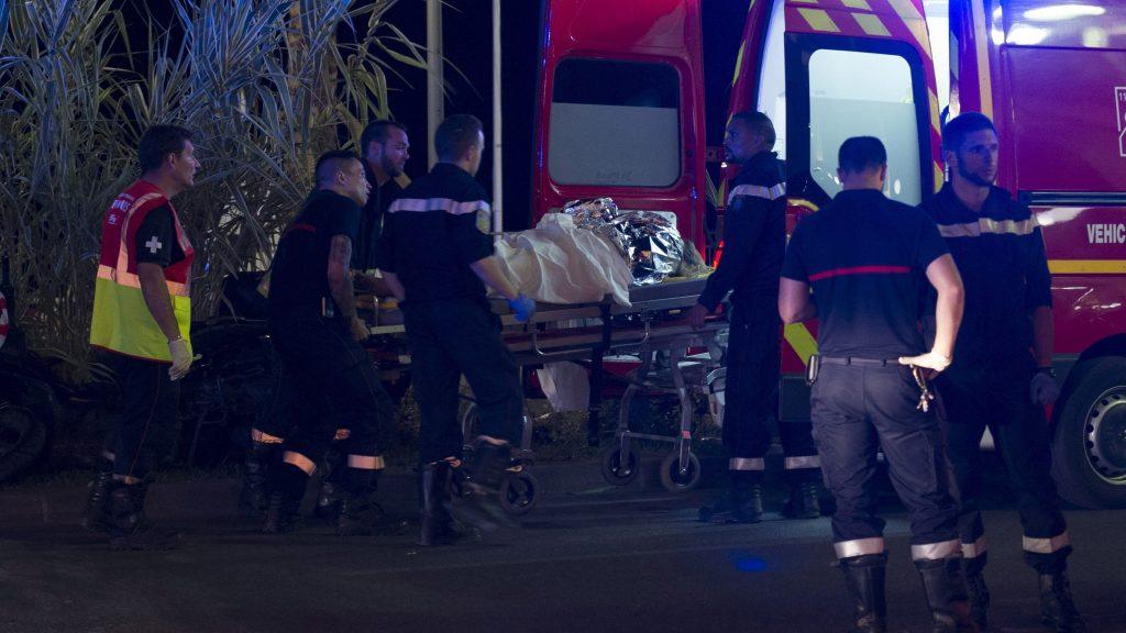 Nizza, 2016. július 15. Sebesültet visznek kórházba a franciaországi Nizzában történt terrorcselekmény helyszínén, ahol egy teherautó belehajtott a nemzeti ünnep alkalmából rendezett tûzijáték idején a tömegbe 2016. július 14-én este. Több mint 70 ember életét vesztette, sokan megsebesültek a gázolásban és az azt követõ lövöldözésben. Az embertömegbe gázoló teherautó sofõrjét lelõtték. (MTI/EPA/Olivier Anrigo)