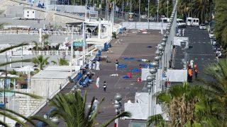 Nizza, 2016. július 15. Bûnügyi helyszínelõk letakart holttestek mellett 2016. július 15-én a dél-franciaországi Nizza tengerparti sétányán, ahol elõzõ este egy 31 éves tunéziai férfi bérelt teherautóval a Bastille napi ünnepségen részt vevõ tömegbe hajtott. Legkevesebb nyolcvannégyen életüket vesztették, mintegy hetvenen megsebesültek a gázolásban és az azt követõ lövöldözésben, tizennyolc sebesült állapota válságos. A sofõrt lelõtték. (MTI/EPA/Olivier Anrigo)