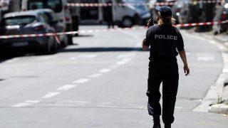 Nizza, 2016. július 15. Francia rendõr a nizzai merénylõ, a rendõrök által lelõtt, tunéziai Mohamed Lahouaiej Bouhlel észak-nizzai otthona közelében 2016. július 15-én, egy nappal az után, hogy a 31 éves férfi bérelt teherautóval belehajtott a francia nemzeti ünnepet lezáró késõ esti tûzijátékot nézõ tömegbe és közben a lövéseket adott le a dél-franciaországi város tengerparti sétányán. Legkevesebb 84-en vesztették életüket, többtucatnyian megsebesültek, közülük 18-an életveszélyes állapotban vannak.  (MTI/EPA/Olivier Anrigo)