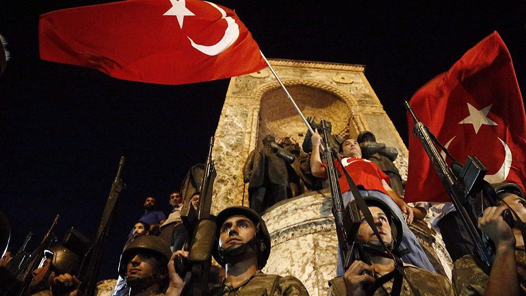 Isztambul, 2016. július 16.Katonák őrködnek az isztambuli Taksim téren, ahol Recep Tayyip Erdogan török elnök támogatói tüntetnek 2016. július 16-án kora hajnalban. A hadsereg egy része katonai puccsot kísérelt meg Törökországban az este, éjfél után azonban még nem volt világos, hogy kinek a kezében van valójában a hatalom. Ankarában és Isztambulban robbanások hallatszottak, és lövöldözés is kitört katonák és rendőrök között. (MTI/EPA/Sedat Suna)