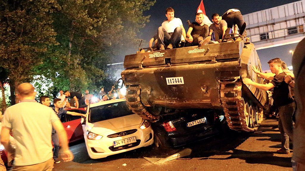 Isztambul, 2016. július 16.Kormánypárti civilek egy tankon ülnek Isztambulban 2016. július 16-án kora hajnalban. A hadsereg egy része katonai puccsot kísérelt meg Törökországban előző nap este, Ankarában és Isztambulban robbanások hallatszottak, és lövöldözés is kitört katonák és rendőrök között. A hajnali órákban a kormányfő bejelentette, hogy visszaverték a puccskísérletet. (MTI/EPA/Tolga Bozoglu)