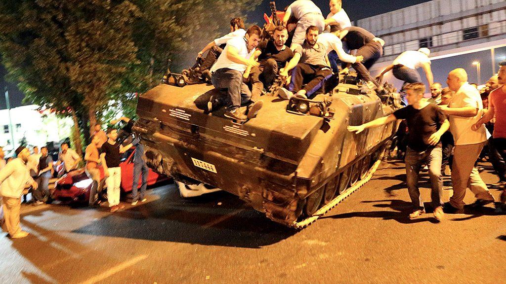 Isztambul, 2016. július 16.Kormánypárti civilek elfoglalnak egy tankot Isztambulban 2016. július 16-án kora hajnalban. A hadsereg egy része katonai puccsot kísérelt meg Törökországban előző nap este, Ankarában és Isztambulban robbanások hallatszottak, és lövöldözés is kitört katonák és rendőrök között. A hajnali órákban a kormányfő bejelentette, hogy visszaverték a puccskísérletet. (MTI/EPA/Tolga Bozoglu)