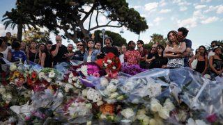 Nizza, 2016. július 16. Gyászolók a terrortámadás áldozataira emlékeznek 2016. július 15-én a dél-franciaországi Nizza tengerparti sétányán, ahol elõzõ este a 31 éves, Franciaországban élõ tunéziai Mohamed Lahouaiej Bouhlel bérelt teherautóval belehajtott a francia nemzeti ünnepet lezáró késõ esti tûzijátékot nézõ tömegbe és közben a lövéseket adott le. A 84 halálos áldozattal és 202 sebesülttel járó nizzai terrortámadás elkövetését az Iszlám Állam (IÁ) vállalta magára.  (MTI/EPA/Ian Langsdon)