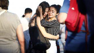 Nizza, 2016. július 17. Gyászolók vigasztalják egymást 2016. július 17-én a dél-franciaországi Nizza tengerparti sétányán, ahol három nappal korábban a 31 éves, Franciaországban élõ tunéziai Mohamed Lahouaiej Bouhlel bérelt teherautóval belehajtott a francia nemzeti ünnepet lezáró késõ esti tûzijátékot nézõ tömegbe és közben a lövéseket adott le. A 84 halálos áldozattal és 202 sebesülttel járó nizzai terrortámadás elkövetését az Iszlám Állam (IÁ) vállalta magára.  (MTI/EPA/Ian Langsdon)