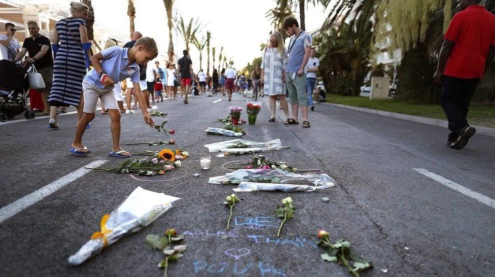 Nizza, 2016. július 17. Egy kisfiú virágot helyez el 2016. július 17-én a dél-franciaországi Nizza tengerparti sétányán, ahol három nappal korábban a 31 éves, Franciaországban élõ tunéziai Mohamed Lahouaiej Bouhlel bérelt teherautóval belehajtott a francia nemzeti ünnepet lezáró késõ esti tûzijátékot nézõ tömegbe és közben a lövéseket adott le. A 84 halálos áldozattal és 202 sebesülttel járó nizzai terrortámadás elkövetését az Iszlám Állam (IÁ) vállalta magára.  (MTI/EPA/Ian Langsdon)