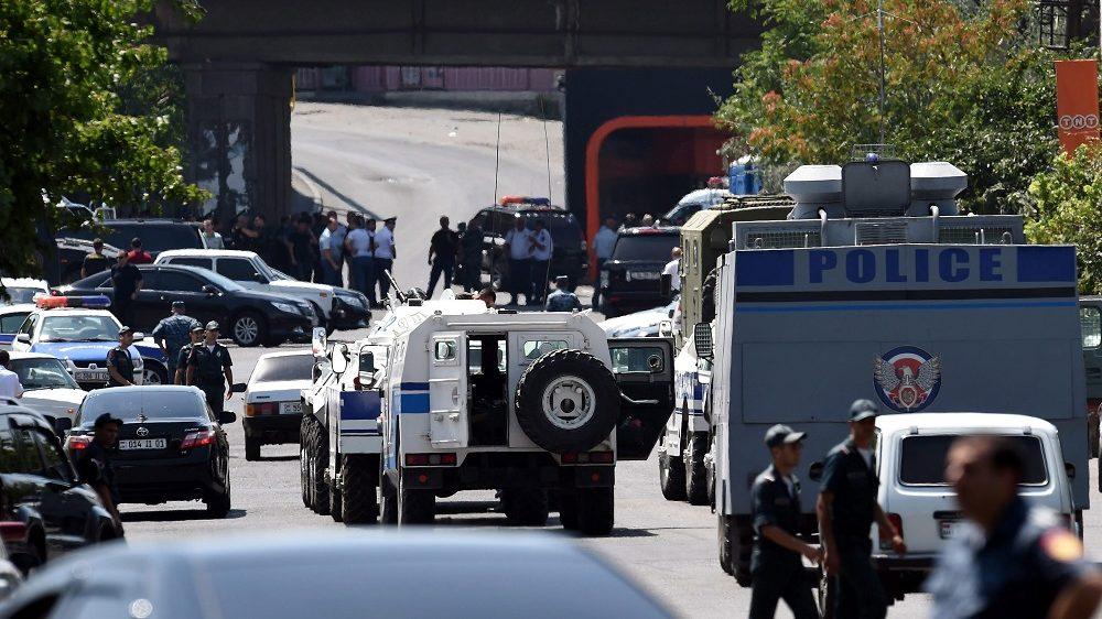 Jereván, 2016. július 17. Örmény rendõrök a rendõrkapitányság felé vezetõ úton Jerevánban, 2016. július 17-én, miután mintegy harminc fegyveres férfi megölt egy rendõr ezredest, megsebesített egy másik ezredest és egy alezredest, valamint túszokat ejtett. A támadók azt követelik, hogy vonuljon utcára az örmény lakosság, és érje el egy júniusban bebörtönzött ellenzéki politikus, Zsirajr Szefilján szabadon bocsátását. (MTI/EPA/Hajk Bagdaszarjan)