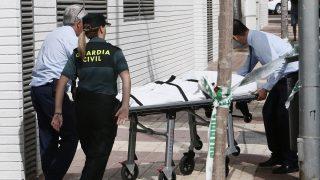 Benicássim, 2016. július 20. Rendõrök hordágyon viszik annak a 43 éves magyar nõnek a holttestét, akit feltehetõen spanyol élettársa szúrt halálra az északkelet-spanyolországi Benicássimban lévõ otthonukban 2016. július 20-án. A 40 éves férfi sajtóértesülések szerint a 13 éves fiúkat és 11 éves lányukat is megsebesítette, mindkettõjüket kórházba szállították. A fiú állapota válságos. (MTI/EPA/Domenech Castello)