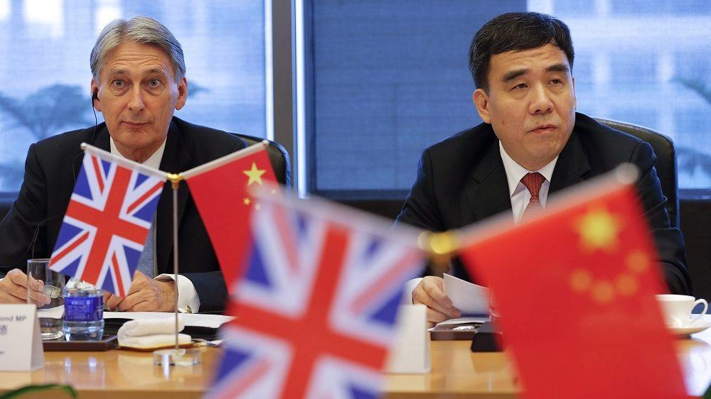 Peking, 2016. július 22. Philip Hammond brit pénzügyminiszter (b) és Tien Kuo-li, a Bank of China elnöke tárgyal Pekingben 2016. július 22-én. (MTI/EPA pool/Damir Sagolj)