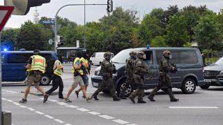 München, 2016. július 22. Különleges rendõri alakulat tagjai érkeznek a müncheni olimpiai parkban található bevásárlóközpontban történt lövöldözés helyszínére 2016. július 22-én. A rendõrség nagy erõkkel vonult a helyszínre, és lezárták a környéket. (MTI/EPA/Matthias Balk)