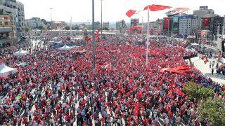 Isztambul, 2016. július 24. A balközép Köztársasági Néppárt (CHP) támogatói török zászlókkal az isztambuli Taksim téren rendezett puccsellenes tüntetésen 2016. július 24-én. Július 15-én éjjel a török hadsereg egy része kísérletet tett a kormány megdöntésére, ám a katonai puccskísérlet kudarcot vallott. Több mint kétszázan meghaltak, és ezerötszázan megsérültek. (MTI/EPA/Tolga Bozoglu)