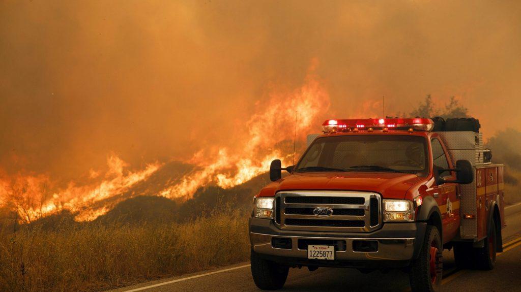 Santa Clarita, 2016. július 25.  Erdõtûz pusztít a kaliforniai Santa Clarita közelében 2016. július 24-én. (MTI/EPA/Eugene Garcia)